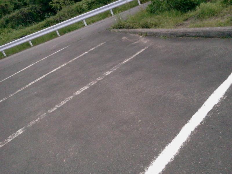 駐車場の白線引きをしました。