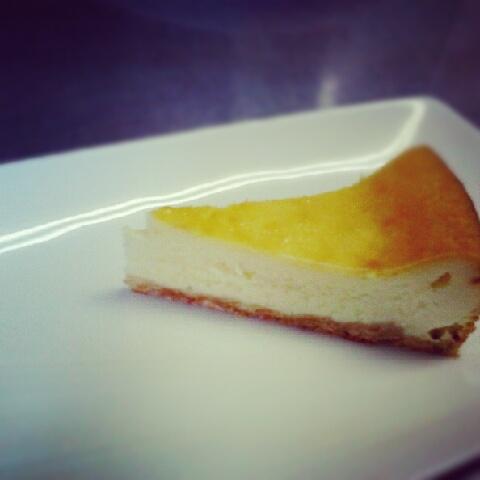 一晩冷やしたベイクドチーズケーキ、、、。