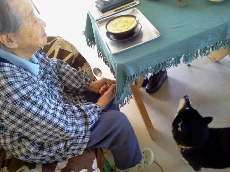 グラタンを食べるおばあちゃん