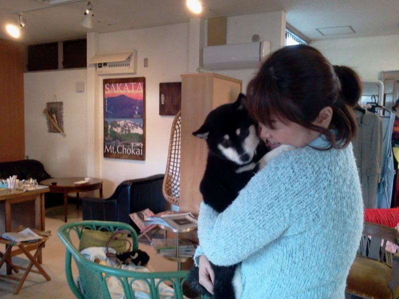 抱っこ犬コロナ。わんこ話に花が咲く。