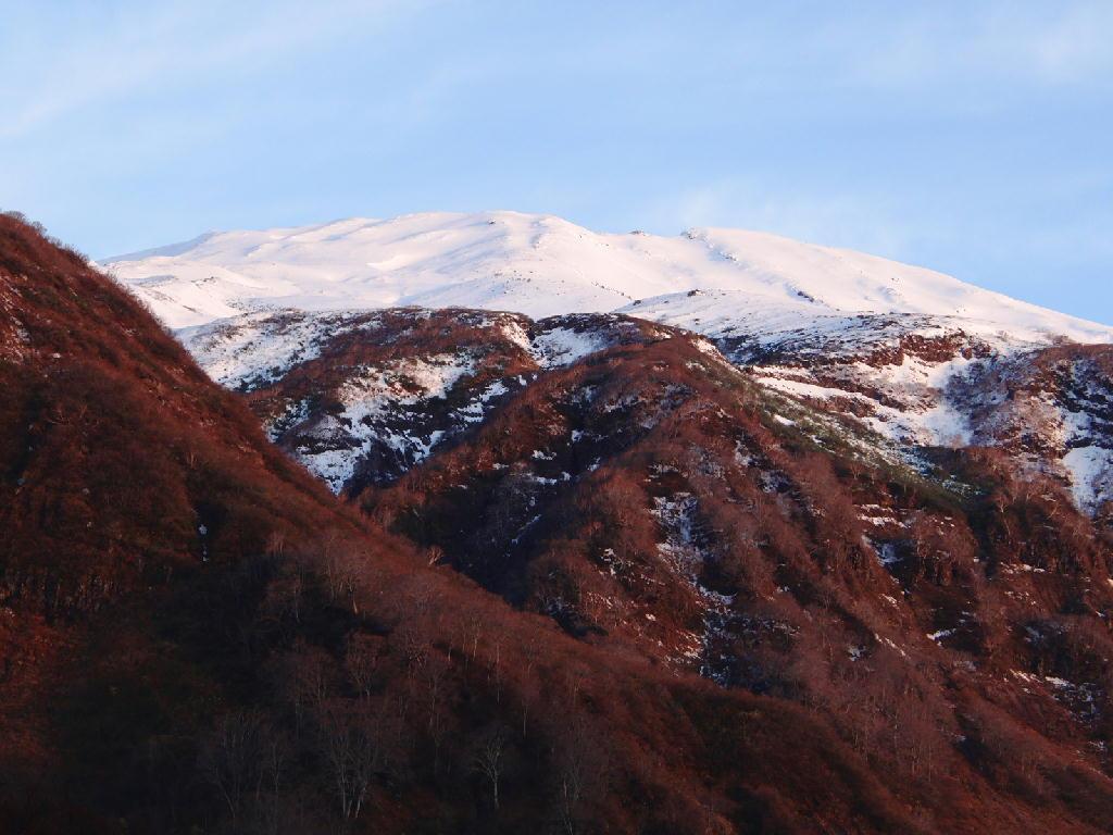 冬を迎える鳥海山