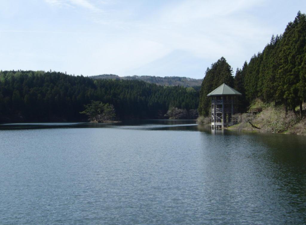 玉簾の滝と数河の池